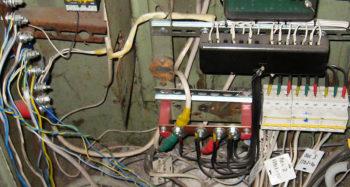 Фото места утечек электроэнергии в МКД
