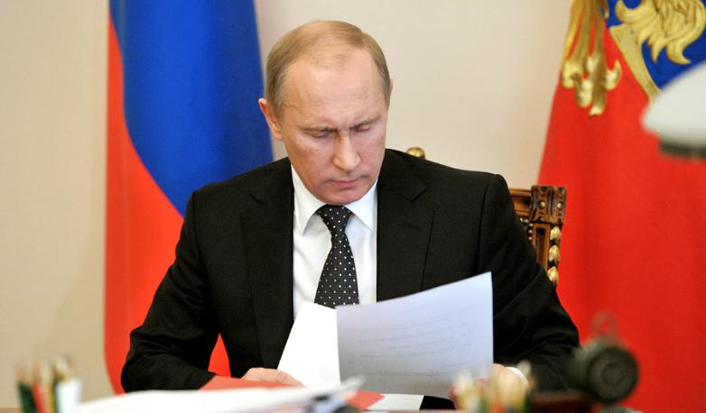 Путин подписывает закон фото